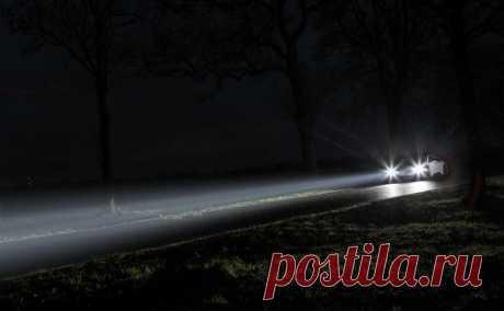 Почему в туман и дождь нет смысла включать дальний свет? В условиях плохой видимости – когда приходится совершать поездку в туман, дождь или снегопад – дальний свет фар не поможет ее улучшить. Не важно, днем это будет или ночью, но он начнет отражаться от в