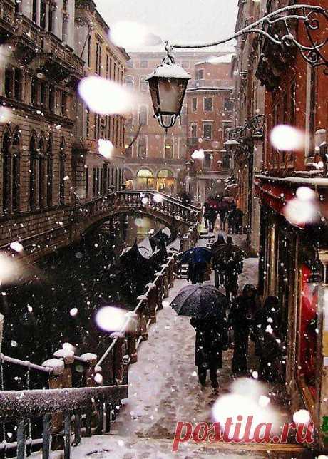 ВЕНЕЦИЯ ЗИМОЙ.   Когда в воздухе появляется ощущение приближения зимы – наступает идеальное время для посещения Венеции. Гостиницы и городские площади пустеют, с улиц исчезают сотни тысяч туристов. В музеях и церквях можно спокойно часами разглядывать достижения мировой культуры. Кафе и рестораны предлагают теплый комфорт и отдых. Кажется, сам город успокоился и готов открыть своим немногочисленным посетителям собственное видение своей необычайной красоты.