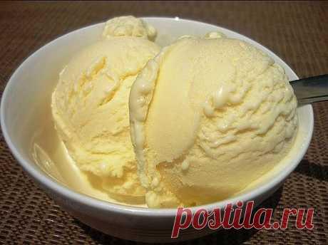Домашнее мороженное- вкус советского пломбира  Ингредиенты: - сахар – 2 стакана - молоко –1 л - масло сливочное – 100 гр - крахмал – 1 ч.л. - желтки яичные – 5 шт.  Приготовление: 1. Сливочное масло опускаем в подогретое молоко и доводим его до кипения. 2. В другой емкости соединяем сахар, крахмал и желтки, перемешиваем и растираем все до однородной массы. 3. После чего добавляем сюда немного молока, в результате должна получиться масса по консистенции как жидкая сметана. ...