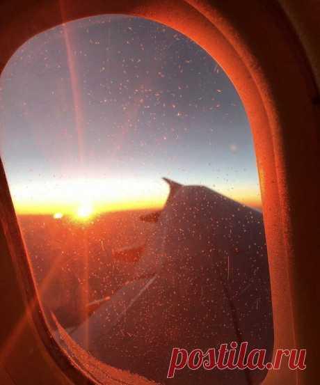 Полет на самолете: вид из окна иллюминатора