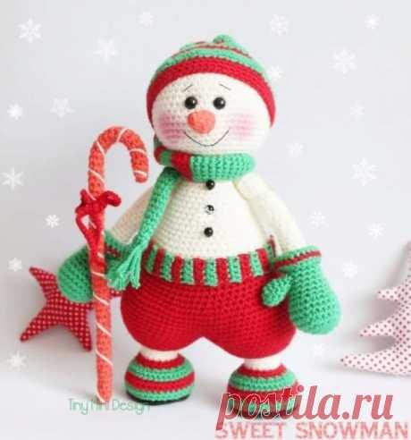 Весёлый снеговик  Нам понадобится: Пряжа любой толщины на ваше усмотрение. От этого будет зависеть размер вашей игрушки. Цвета: белый, зелёный, красный, совсем немного чёрного или коричневого для сапожек, оранжевый или красный для трости и носа. Крючок, подходящий для вашей пряжи. Чёрная нить для вышивания бровей, красная для ротика, безопасные глазки. 3 черные круглые пуговицы или бусины. Игла для сшивания. Ножницы. Наполнитель. И отличный настрой!!!  Этап 1 Ноги и тело  ...