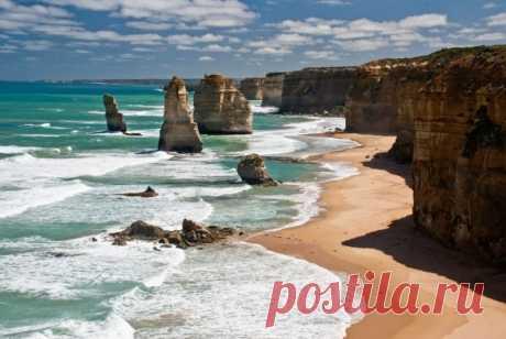 """10 самых впечатляющих морских скал.""""Двенадцать Апостолов"""" это удивительные прибрежные скалы, стоящие в океане в Национальном Парке Порт Кемпбелл, в австралийском штате Виктория Скалы называются Двенадцать Апостолов, но на самом деле скальных пиков было девять. Третьего июля 2005 года одна из скал обрушилась, и теперь апостолов осталось только восемь. Самый высокий достигает 45 м в высоту. Высота же береговых утесов около 70 м."""