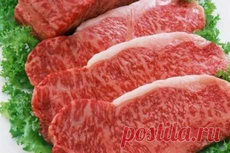 Секреты вкусного мяса 1. Мясо станет нежнее, если за час до готовки его смочить водкой. 2. Можно мясо перемешать с соевым соусом, оставить на ночь, а завтра жарить, оно получится очень сочным. 3. Говядина, баранина получится мягкой и сочной, если ее перед запеканием посолить, поперчить, еще можно нашпиговать чесноком, затем обернуть мясо банановой кожурой. 4. Закрепите кожуру кулинарной нитью, чтобы она не разошлась. 5. Положите мясо на противень и поставьте в разогретую духовку на 30-40 минут.