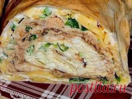 """Рулет """"Мимоза""""  Ингредиенты: - 1 упаковка листового лаваша (3 листа) - 250 г майонеза - 3 вареных яйца - 150-200 г сыра - 1 банка сайры - укроп - зеленый лук  Разложить лаваш. Смазать каждый лист майонезом. На один - натереть яйца, на второй - сыр, на третий - помятую вилкой сайру. Сверху каждый лист посыпать луком и укропом.  Первый лист свернуть в рулет. Положить его в начало второго листа и продолжить сворачивание. Потом положить в начало третьего листа и завернуть руле..."""