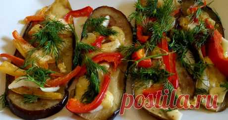 Баклажаны с перцем, чесноком и сыром В жару овощи очень хороши, да и смотрятся они по-летнему аппетитно и украсят любой стол.