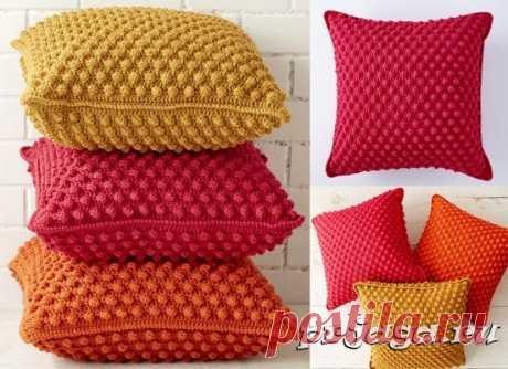 Las almohadas alegres por el gancho