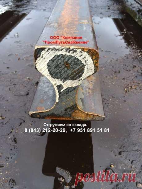 Крановые рельсы должны выдерживать серьезную нагрузку, поэтому они имеют более широкую поверхность головки и подошвы, и более широкую шейку, чем обычные рельсы, что позволяет более равномерно распределять нагрузку на подкрановую балку. Обычно крановые рельсы используются для мощных кранов грузоподъемностью от тридцати до трехсот тонн.