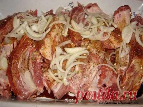 Очень вкусные ребрышки!  Ингредиенты:  свиные ребрышки соевый соус соль, перец, любимые специи лук  Приготовление:  1. Свиные ребрышки замариновать в соевом соусе, луке, перце, специях. Оставить на 1-2 часа 2. Накрыть фольгой и отправить в разогретую духовку на 1,5 часа за 20 минут до готовности снять фольгу.  Приятного аппетита!  СОХРАНИ рецепт, чтобы не потерять!  ПОДПИШИСЬ на СЕКРЕТЫ КУЛИНАРИИ