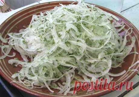Быстрый маринованный лук для салатов | Полезные советы домохозяйкам