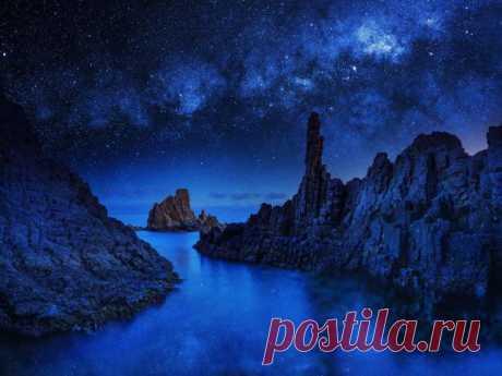 Обои вода звезды ночь скалы небо звездное - Фото обои рабочего стола