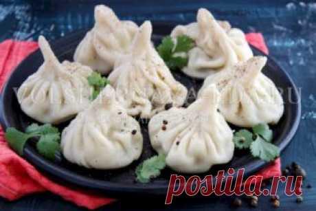 Хинкали: пошаговый рецепт Хинкали — грузинские пельмени, одно из самых известных блюд кавказской кухни, в которое просто невозможно не влюбиться! Нежное, словно перышко, тесто, уложенное в форме причудливого мешочка с красивыми складочками, собирающимися высоко у хвостика. Внутри пряное мясо и бульон, насыщенный ароматами специй и зелени.