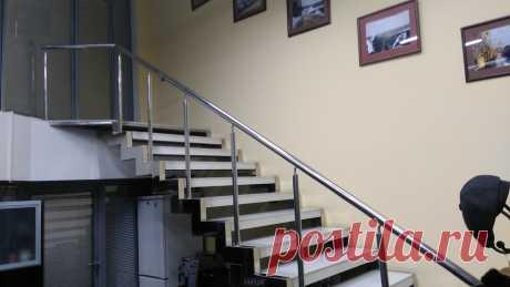 Лестницы, ограждения, перила из стекла, дерева, металла Маршаг – Нержавеющие перила лестницы на косоурах
