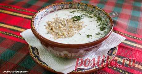 ″Таратор″ - болгарская ″окрошка″, и она вкуснее нашей! Вот рецепт  Идеальное блюдо для лета.  Можно ли назвать таратор супом? Можно, но лучше этого не делать. Настоящий таратор это не только суп и не обязательно первое блюдо. Он родом из Болгарии, там его подают и в…
