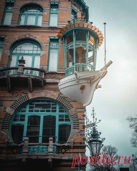 """17 снимков, в которые трудно поверить, однако придется – это реальность, а не фотошоп - Тролльно   Дом в бельгийском Антверпене называется """"Маленькая лодка"""". Вот это настоящий стиль модерн!"""