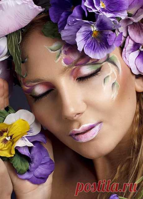 Так не хватает времени...любить,  Дарить цветы и баловать словами.  Так не хватает времени пожить,  Твоими мыслями, мечтами и стихами.  Так не хватает времени устать,  От поцелуев утренних небрежных.  В процессе одевания одежды,  Так не хватает времени сказать...