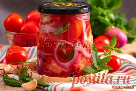 Помидоры половинками с луком на зиму Замариновать на зиму можно не только небольшие крепкие помидорки, но и томаты покрупнее. Но не целыми, а разрезанными – помидоры половинками получаются очень вкусными, а если еще прослоить остреньким хрустящим луком – вообще объедение! По сути, это готовый салат, в нем есть и масло, и специи, уксус