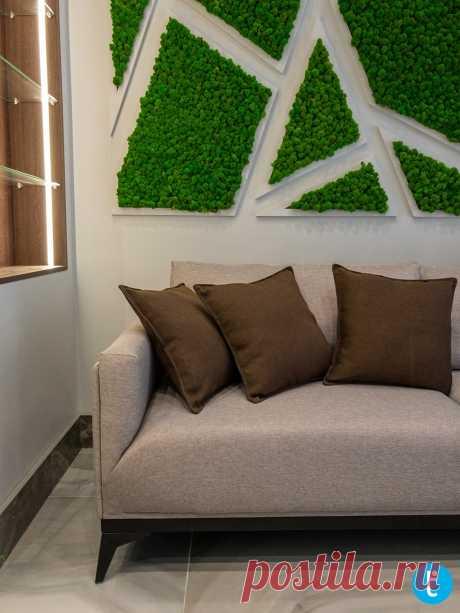 Бежевый прямой диван с деревянных ножках на заказ
