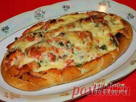 Батон-пицца: просто, быстро и вкусно! Вы любите пиццу? Ваши домочадцы тоже? Но вам хочется их удивить? Тогда батон-пицца — это то, что нужно!  Впрочем, эту идею можно использовать и для других пирогов, в том числе сладких.     Ингредиенты:  — 1 нарезной батон — 250 г «Докторской» колбасы — 8 ст.л. помидорного соуса — 200 г тв