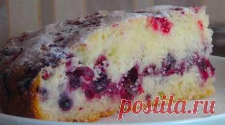 Обалденно вкусный сметанный пирог с ягодами. Очень воздушный и нежный! Такой пирог выручит в любой ситуации очень быстрый и вкусный