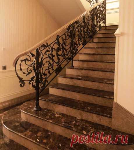 Кованые ограждения каменной лестницы