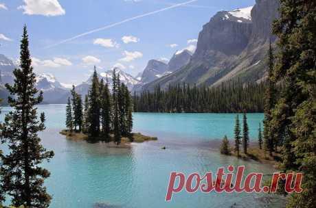 Озеро Малайн в национальном парке Джаспер, Канада
