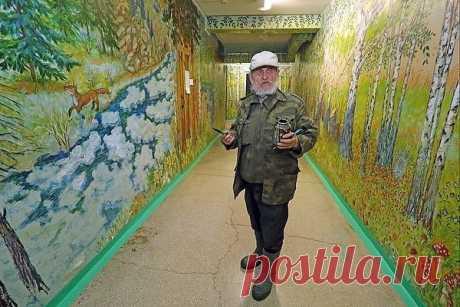За каникулы пожилой сторож решил украсить школу и бесплатно разрисовал коридоры. Дети в восторге. Так стало красиво.