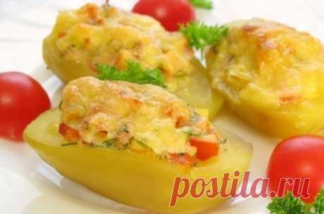 Фаршированный картофель  Ингредиенты:1 кг картофеля1 копченый окорочек (или любое копченое мясо)200 г помидоров50 г сыразеленьмайонезсольперецПриготовление:Шаг 1 Картофель отварить (не очищая от кожуры) в подсоленной воде до…