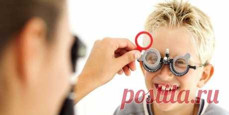 Дальнозоркость: причины, осложнения, лечение. Причины дальнозоркости кроются в патологии хрусталика или изменении формы глазного яблока, в итоге человеку плохо видны предметы, расположенные на расстоянии 30-40 см. Различают 3 стадии развития болезни: слабая, средняя и высокая дальнозоркость — до 2 диоптрий, 2-5 диоптрий и свыше пяти, соответственно.