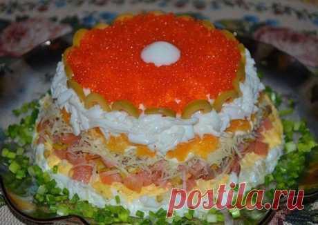Слоеный салат «Жемчужина» Слоеный салат «Жемчужина» Салат с семгой — это подходящий рецепт для любого праздника. Время приготовления: 25 минут