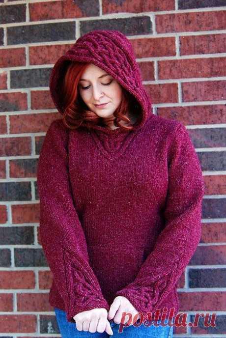 Пуловер с капюшоном, украшенный орнаментом из кос..
