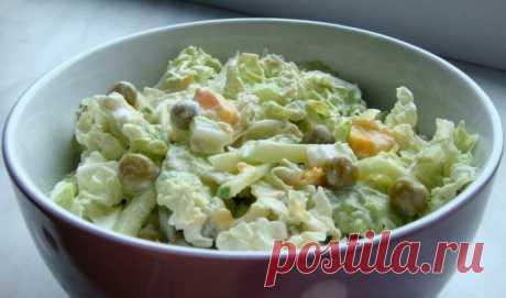 Салат с пекинской капустой горошком и яйцом. Вкусно и сытно    Приготовьте к ужину!          Ингредиенты: Пекинская капуста — 250 грамм;яйца — 3 штуки;огурец — 2 штуки;зеленый горошек консервированный — 250 грамм;сметана — 3-4 ст.л.;зелень укропа — 4-5 веточек…