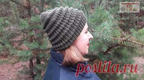 Женская шапка спицами узором «Волна»