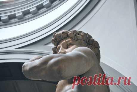 Стоицизм: почему философия II века до н.э. — то, что нужно нам в XXI Тишина, покой, воля, концентрация, правильные цели — мы по-прежнему отчаянно нуждаемся в тех же вещах, что и две тысячи лет назад. Сенека, Марк Аврелий и Эпиктет уже рассказывали, как к этому приблизиться. Стоицизм — философская школа, возникшая в Афинах ок. 300 г. до н. э. Главный принцип стоицизма — умение различать, что находится под нашим контролем, а что — нет. Следует сконцентрировать свои усилия на первом и не тратить…