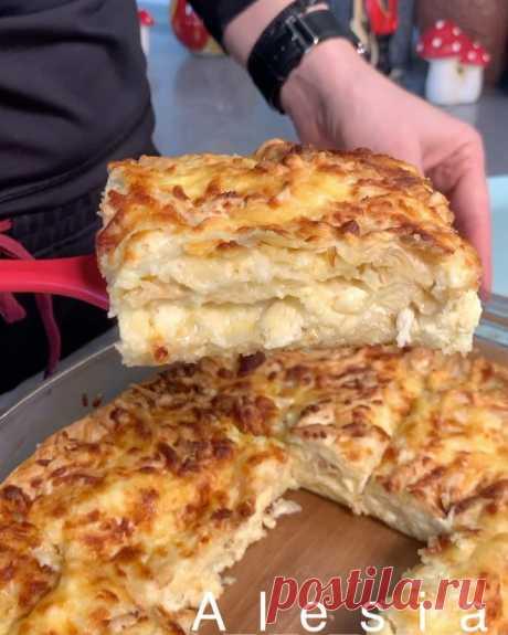 Ачма на скорую руку👌 Это блюдо однозначно нужно приготовить😋 Слоеная запеканка с сыром за 30 минут...это просто космос💫 Ачма разновидность хачапури, только  есть особенность в приготовлении, тесто сначала немного варят а потом уже запекают с сыром. Это очень вкусно, но долго😂 Предлагаю альтернативу, вместо теста лаваш👍🏻 Для приготовления нам понадобится: Яйца 5 штук Сметана 5 столовых ложек Лаваш тонкий Сыр ( у меня сулугуни и голландский) Приготовление: Перемешать я...