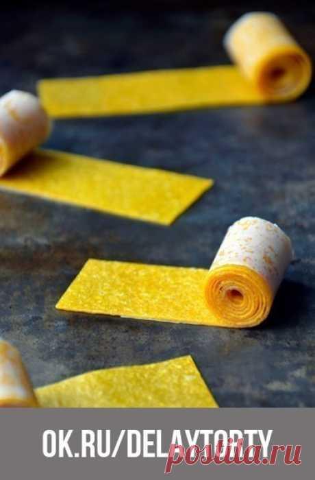 Фруктовая пастила.   Сохрани, чтобы не потерять!   Как приготовить?   Классический и 100% получающийся рецепт фруктовой пастилы понравится всем вашим домочадцем, особенно детям. Фрукты промыть, очистить, удалить косточки и мелко нарезать. Добавить сахар, если плоды сладкие, то сахар добавлять не нужно. Фрукты поместить в большую кастрюлю, добавить воду в пропорции пол стакана воды на 4 стакана фруктов. Довести до кипения, накрыть крышкой и готовить на медленном огне 10-15 ...