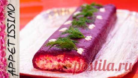 La ensalada de Año Nuevo el Arenque bajo la pelliza en forma del panecillo