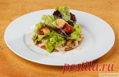Салат из гребешка с пеной из бекона на песочном корже
