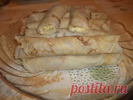 """Блины """"Выдумка"""".                                                                                                                      Для теста: 1 яйцо, 1,5 ст. муки, 1 ст. кефира, 1 ст. холодной воды, 2 ст.л. сахара, щепотка соли, растительное масло для выпекания. Для начинки: 250 г. твердого сыра, 150 г. вареной колбасы, 2 луковицы, 2 ст.л. майонеза. #блины #блинчики #вкусныеблинчики #масленица"""