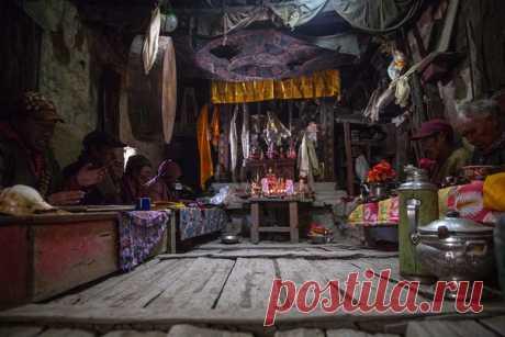 Пряжа из шерсти яка, солнечные ванны на крышах, сияющий монастырь под удивительным звездным небом и 8-часовая пуджа – фотограф-гималаист Таня Шарапова рассказывает и показывает, как живут люди в удаленных уголках горного Непала.