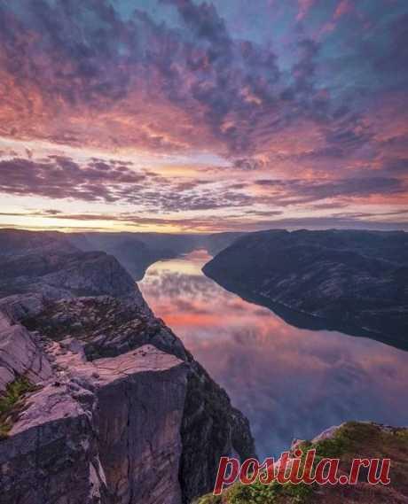 Норвегия - страна в Северной Европе, богатая не только ресурсами, но и своей природой. Даже те, кто приезжают сюда не в первый раз, не перестают восхищаться уютными городками, величественными горами, чистейшими реками. Особое место занимает главная гордость Норвегии - фьорды, которые вызывают трепет в сердце каждого как жителя, так и гостя страны.