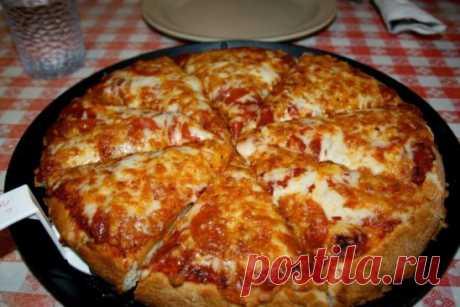 """""""Пицца на сковороде за 10 минут"""". Ингредиенты: - 4 ст. л. сметаны - 4 ст. л. майонеза - 2 яйца - 9 ст. л. муки (без горки, в ущерб) - сыр Приготовление: 1. Тесто получается жидкое, как сметана, его вылить на сковороду смазанную маслом и уже сверху положить любую начинку (томат, колбаса, солёные огурчики, оливки, помидоры и др.) 2. Залить майонезом, и сверху толстый слой сыра. Рекомендуем толстый слой сыра. 3. Ставим сковороду на плиту, буквально на несколько минут, огон"""