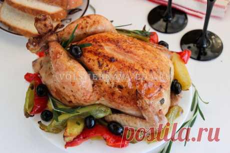 Фаршированная курица в духовке целиком (праздничная) Курица с начинкой из жареного хлеба, бекона, лука и куриной печени — красивое праздничное блюдо, эффектное, ароматное и вкусное. Очень удобно, что фаршированная курица запекается в духовке целиком, одновременно с картофелем и овощами на гарнир. Двойное удовольствие для гурмана!