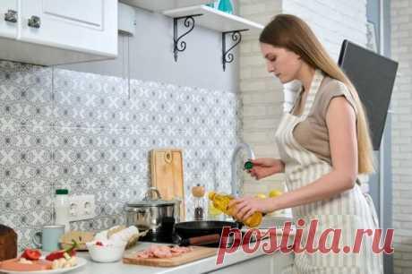 Полезные советы для хозяек Хозяйки знают, как трудно готовить каждый день. Во-первых, постоянно нужно выдумывать что-то новое, а домочадцы хотят то пельмени, то щи, то жаркое, и десерт им еще подавай. Во-вторых, надо постоянно ...