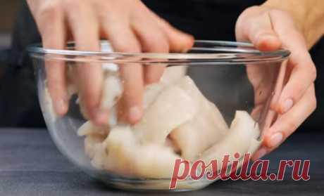 Достаем минтай из миски и в духовку: вкуснее чем в ресторане - Steak Lovers - медиаплатформа МирТесен Приготовить рыбу вкуснее, чем в ресторане несложно. Повар показал быстрый и вкусный рецепт из минтая - сначала маринуем рыбу в миске, а потом запекаем под сыром в духовке. Берем части филе минтая, режем на куски и кладем в миску для подготовки. Добавляем соль, перец, лимонный сок и все...