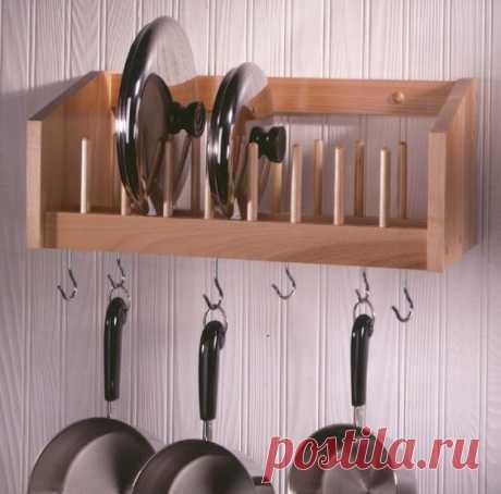 Систем хранения на кухне много не бывает, это подтвердит любая хозяйка. Особенно тесно всегда в дополнительных шкафчиках на маленьких кухнях. Сегодня мы рассмотрим другие, экономящие место…