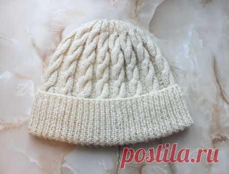 Вяжем вместе: Объёмная шапка с отворотом и косами