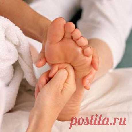 Массаж стоп. Методики  Массаж стоп. Методики воздействия на рефлекторные точкиСтопы ног—один из наиболее чувствительных участков тела. Прикосновение рук массажиста к этой зоне максимально расслабляет, тонизирует и восстан...