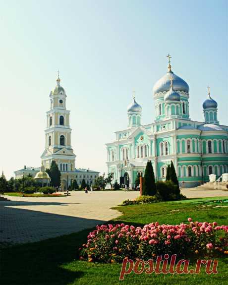 Колокольня и соборы села Дивеево