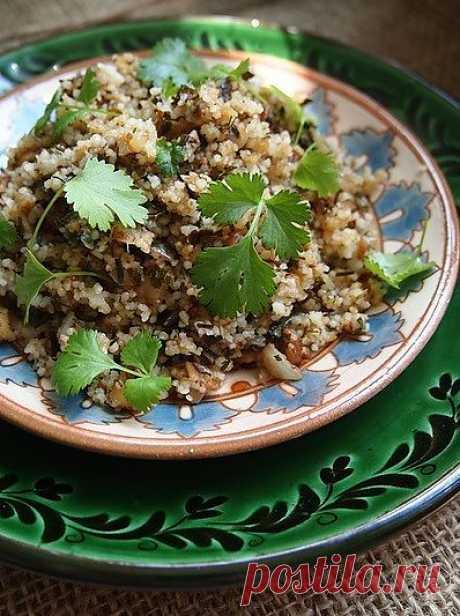 Салат из кускуса с травами и орехами.