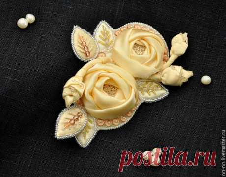 Купить Вышитая брошь с цветами и листьями / брошь кремовая экрю шёлк бисер - брошь